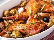 Задушен заек в сос от бира и домати в глинен гювеч на фурна с маслини, арпаджик, лук